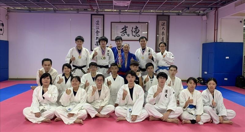 柔道社10月8日參加「2020年中華民國柔道錦標賽」奪得1金2銀1銅,賽後與教練謝貴美男(後排右3)合影。(圖/柔道社提供)