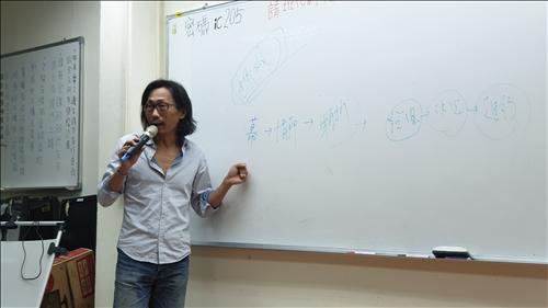 魏老師說明如何營造故事的「轉折」。