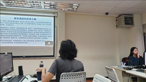 魏老師在跟報告的同學講評,告訴他們可以如何修改。