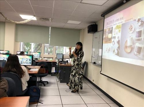 講者帶著商品來課堂說明如何展現產品獨特性和商品定位