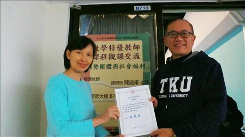 李主任致贈感謝狀於陳老師。