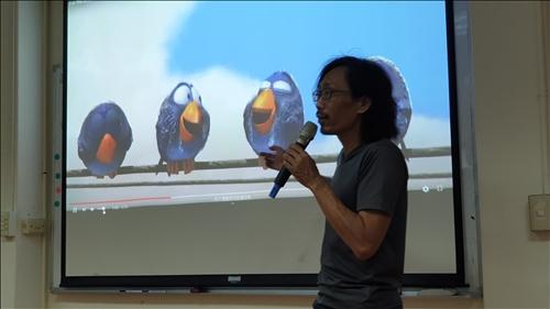 """魏老師介紹知名動畫短片""""For the Birds"""",解釋動畫中運用的技巧。"""