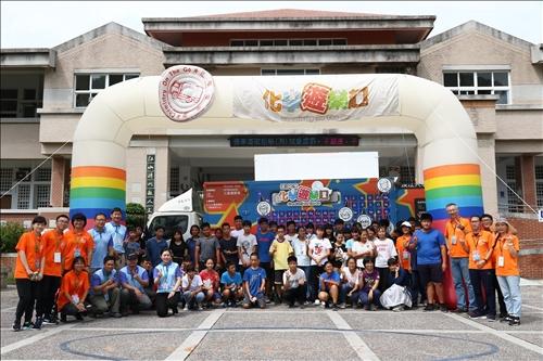 池上國中活動,參與活動的師生與中華紙漿的工作人員於化學車前合影。