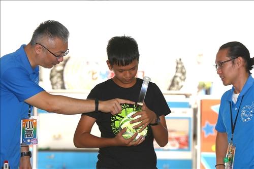 新港國中活動的化學魔術秀表演,同學拿著化學器材準備進行示範。