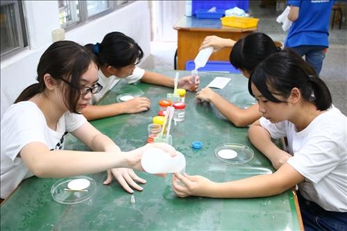 """新港國中的同學操作""""美味ABC""""實驗。"""