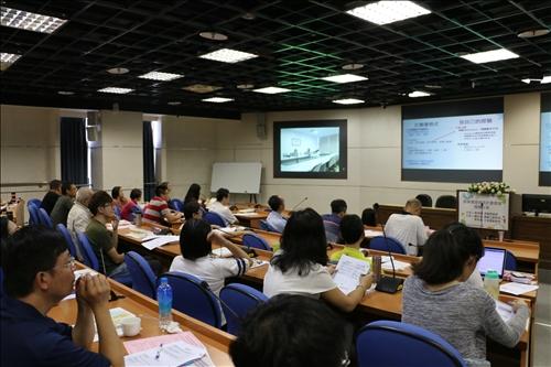 王怡萱老師說明研究計畫書撰寫內容