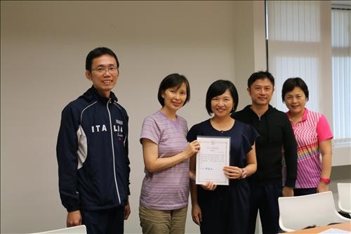 李組長致贈感謝狀涂敏芬老師,與共同參與觀課教師合照