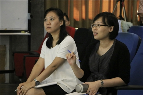 課堂教師們針對學生作品,進行評論與建議
