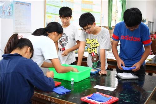 """池上國中參與活動的同學操作""""談紙知箋""""的實驗。"""