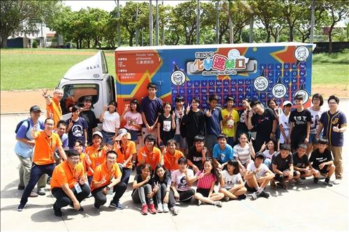 都蘭國中活動,參與活動的師生與中華紙漿的工作人員於化學車前合影。