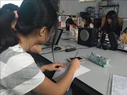同學認真抄筆記