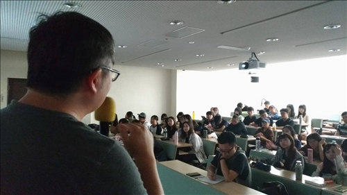 台下同學認真聆聽的過程