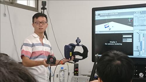 講師介紹HTC VIVE的相關功能