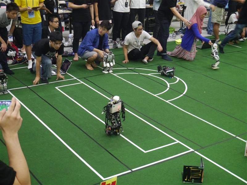 電機系教授兼智慧自動化與機器人中心主任翁慶昌、電機系助理教授鄭吉泰與李世安所領軍的淡江大學機器人研發團隊,日前參加於韓國大田(Daejeon, Korea )所舉行之「第20屆2015 FIRA (Federation of International Robot-soccer Association)世界盃機器人足球賽」,分別奪下「中型機器人組」之足球賽(Robot Soccer)的冠軍以及「人形機器人組(HuroCup)」之全能賽(All Round)的冠軍。從2003年開始至今,團隊已11度榮獲「中型機器人組」之足球賽的世界冠軍,並已連續10年蟬聯這個競賽的冠軍。此外,從2005年起至今,團隊亦已8度獲得「人形機器人組」全能賽冠軍。機器人研發團隊不僅是學校的榮耀,也是國家之光,多年來政府積極推動台灣走出去,希望世界看到台灣,團隊驕傲地做到了!