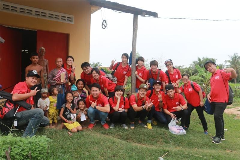 剛從柬埔寨服務回來的公行系同學王巧宜表示:「教學過程中會發現柬埔寨的孩子很珍惜得到的事物,也許因為資源較少,當免削鉛筆的筆芯斷掉時他們會努力地想把斷掉的筆芯接回去繼續用,在上課中認真地寫下所學到的每一個字,我在他們身上看到雖然資源缺乏但卻心靈富足。雖然我們語言不通,當看著他們微笑時,總會得到最純真的笑容回應,這不只是單純的服務而是和他們一起成長!」當離開上課的蓮花佛院的車上,團員眼眶泛著不捨的淚光,輕快帶點感傷的旋律在團員間唱起:「明天我要離開熟悉的地方的你,要分離,我眼淚就掉下去….」與柬埔寨孩童相處的時刻,在柬埔寨生活的日子,都是在反思自己「學做人」的種種歷程,全體團員皆心存感激且珍惜這得來不易的一切,這「柬」不斷的情與緣份。
