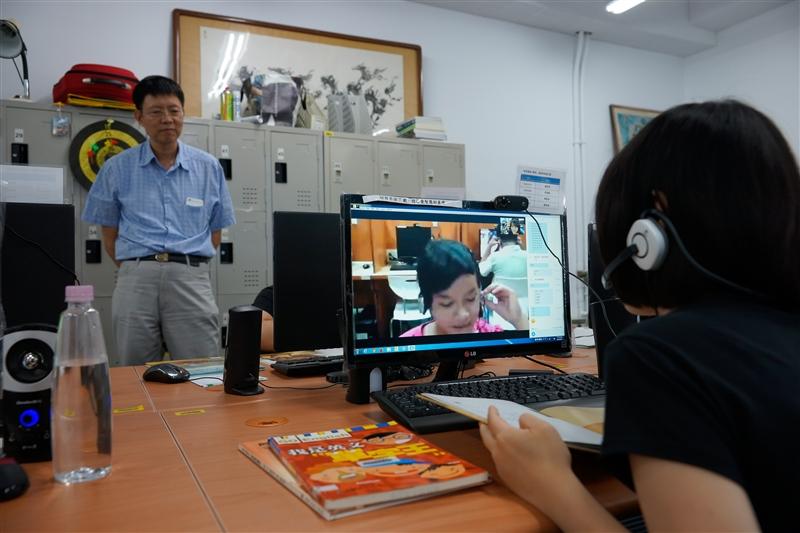 會計學系同學以遠距視訊陪伴偏鄉弱勢孩童閱讀。