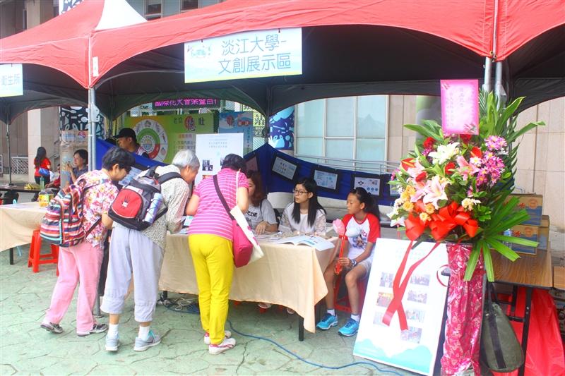 台灣風箏的故鄉「石門」,自2000年起舉辦國際風箏節,讓北海岸的蔚藍天空布滿著各式異國風情、色彩鮮豔的風箏,繽紛的風箏在清亮的藍天中飛揚,成了最美的風景。為了讓本年度國際風箏節賦予更多在地的文創,另有全新的風貌與價值,資訊傳播學系「創意數位媒體實務(二)」服務學習課程與石門區公所合作,修課的同學參加「新北市國際風箏節文創商品設計競賽」,針對主辦單位要求「低成本能夠大量製造」且與「風的故鄉」為主要發想目標,設計多款風箏應用的文創商品,其中楊子筠、林沛潔、黃盺柔三位同學的作品獲得評選委員青睞,分別榮獲前三名的佳績。石門區公所也邀請修課的同學於9月26日及27日的2015國際風箏節擺設攤位,介紹此次參賽作品供民眾了解。