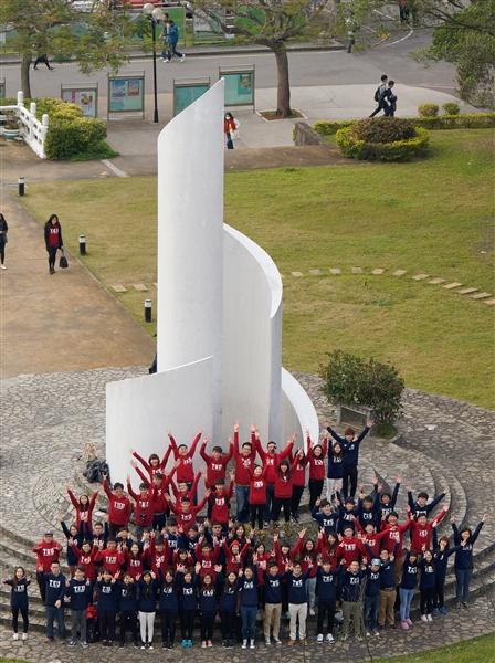 不論是臉書創辦人祖克柏經常穿著灰色帽T,或是慢跑者為了禦寒而在這個時節穿的連帽衣。這件用最簡約的文字、最原味的色調、延續最溫暖的觸感、藏封最經典的回憶的帽T,已成為時下年輕人的最愛。本校近五百位同學於1月9日中午在淡水校園覺生紀念圖書館,一同穿上屬於TKU的帽T,參加活動的本校資訊圖書館學系一年級同學黃卉涵表示:很久沒有穿著同樣制服了,很懷念以前起床時不需要思考今天穿什麼的日子,今天大家穿在一起,真是難忘的經驗!