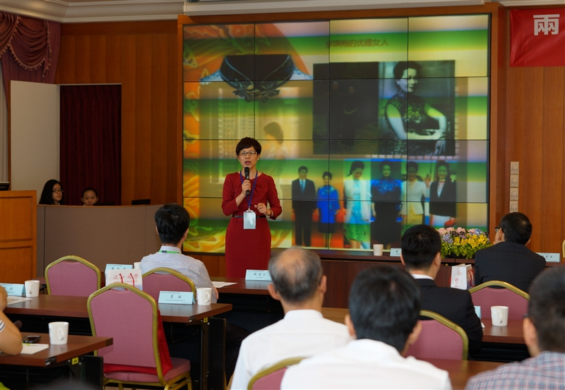 世界知名的大企業Google、Apple、Amazon等傳奇創業故事吸引全球瘋創新創業。為了讓國內有志從事創新創業者,有更多機會掌握全球創新創業趨勢,本校國際企業學系與中華兩岸文化創意產業發展協會,於9月17日(星期四)上午10時在淡水校園覺生國際會議廳共同舉辦「兩岸青年企業家創業創新論壇」。浙江省台辦主任裘小玲和萬事利集團董事局主席屠紅燕帶領「浙江省青年企業家交流參訪團」一行13人到本校參觀、訪問,以及進行兩岸青年創業經驗分享,讓與會者深入了解青年創業的機遇與挑戰。