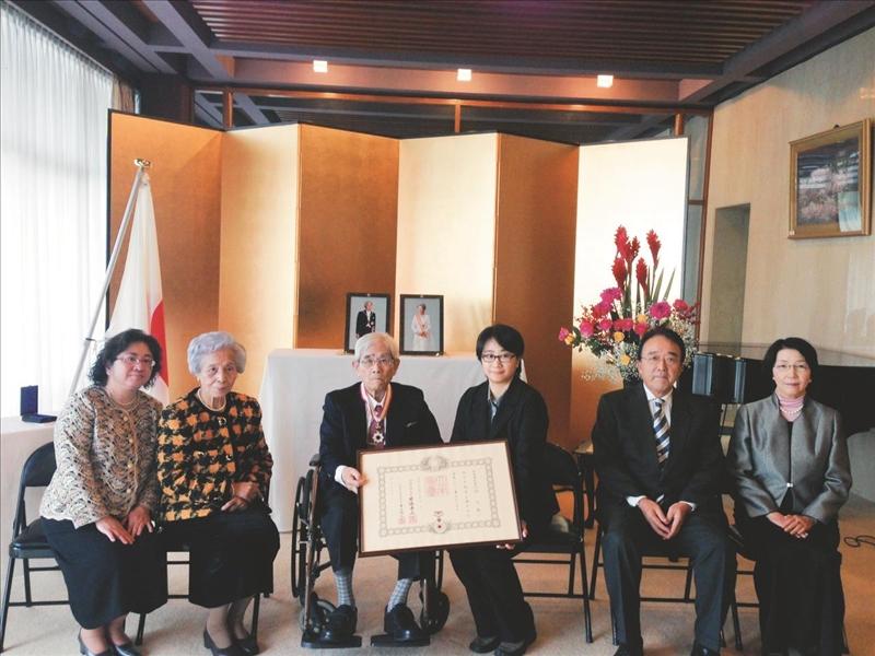 日文系榮譽教授林丕雄(左三)接受日本「旭日中綬章」時,與家人合影。(圖/淡江時報資料照)