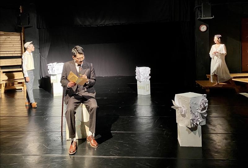 法文系於5月11日晚間7時在實驗劇場舉行「法文系2021年法語戲劇公演」,演出法國知名古典喜劇泰斗皮耶·德·馬里伏(Pierre Carlet de Chamblain de Marivaux)的喜劇經典作品《愛情與偶然狂想曲》。(攝影/淡江時報社盧智瀅)