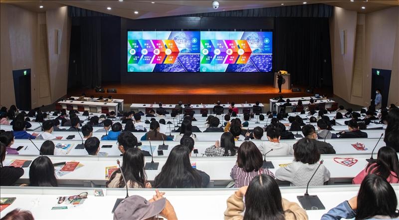 守謙國際會議中心有蓮廳進行學校及學院介紹,吸引許多考生及家長聆聽。(圖/招生策略中心提供)