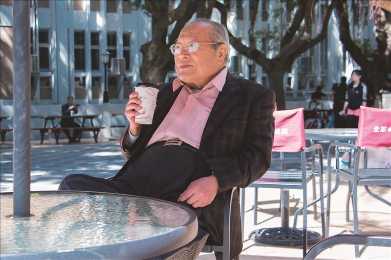 前校長陳雅鴻黃昏課後校園悠閒喝咖啡的身影已成絕響。(圖/淡江時報資料照)