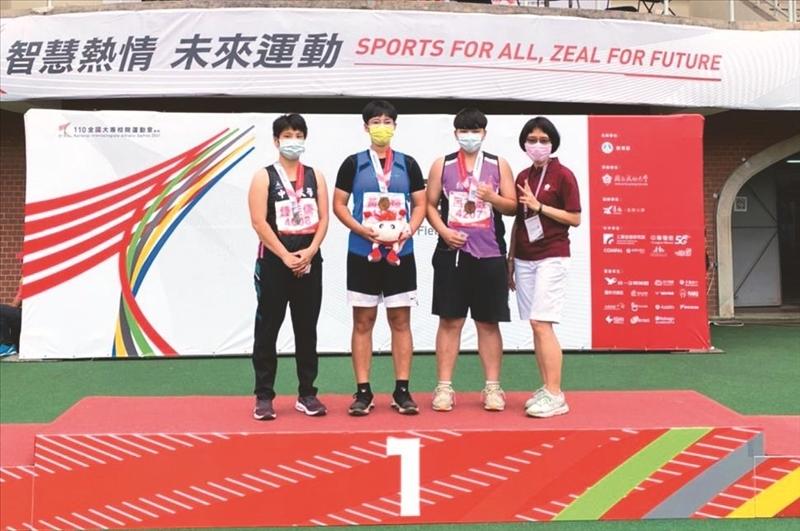 土木二黃儀媗(左二)奪得全大運一般女生組田徑鐵餅(1Kg)金牌。(圖/體育事務處提供)