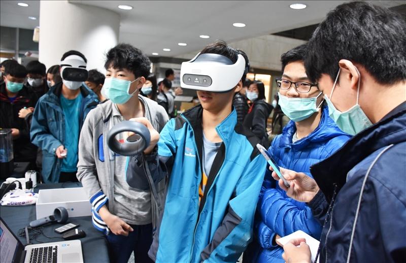 化學系舉辦鍾靈化學創意競賽,高中生開心的試用VR科技趣味互動體驗。(圖/化學系提供)
