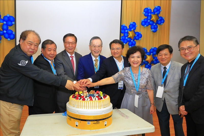 航太系50週年系慶,葛煥昭校長(左3)與來賓共同切蛋糕慶賀。(攝影/淡江時報社游晞彤)