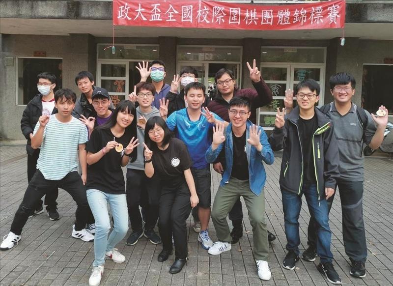 圍棋社獲「第17屆政大盃全國校際圍棋團體錦標賽」級位組冠軍,社員們開心合影(圖/圍棋社提供)