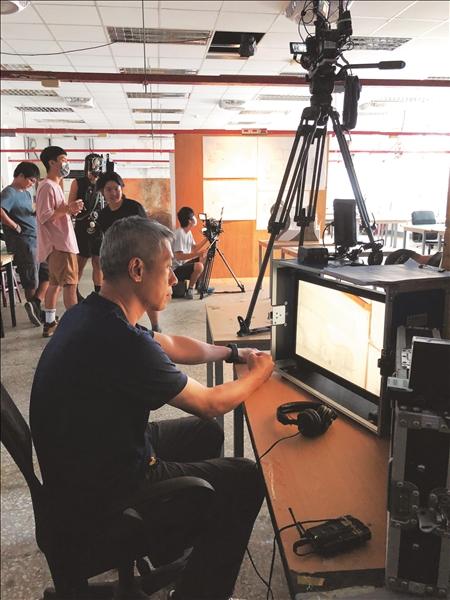 :大傳系校友許明淳拍攝70週年創辦人張建邦博士紀錄片《給未來的你》現場狀況。(圖/董事會秘書黃文智提供)
