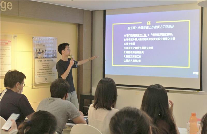 迦南計劃創辦人楊冠義說明外國人在臺申請工作從事之項目。(攝影/淡江時報社黃偉)