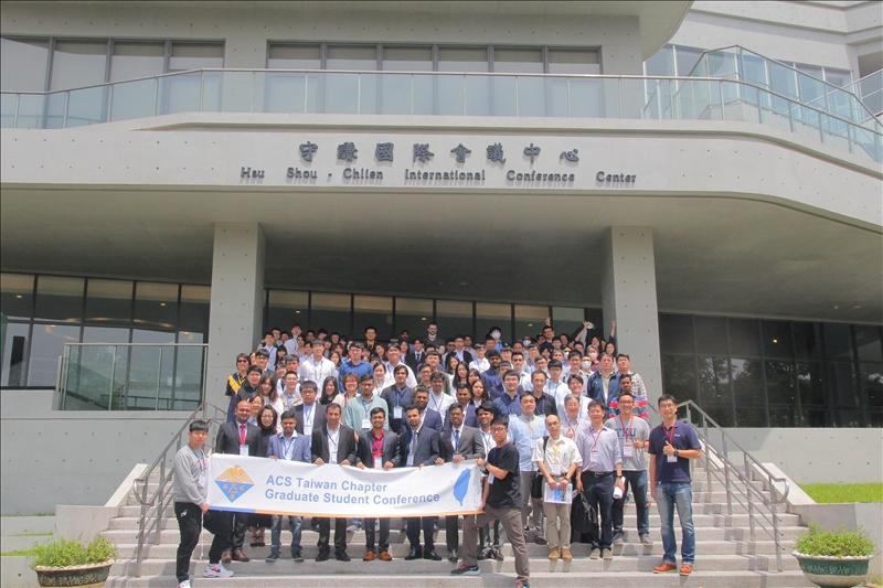 化學系論壇吸引全臺各大學百位同學參加口頭發表論文或壁報發表,彼此交流。(圖/化學系提供)