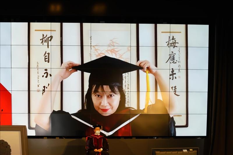 畢業典禮採雲端舉行,博士生於線上同時進行撥穗儀式。(圖/秘書處馮文星提供)