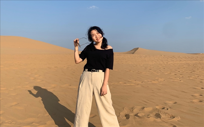 郭庭溦至大陸交換學習,遠赴內蒙古鄂爾多斯庫布齊沙漠旅遊。(圖/郭庭溦提供)