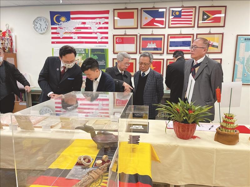 歷史系東南亞史研究室進行揭牌儀式後,師生參觀展出的文物。(攝影/高宇彣)