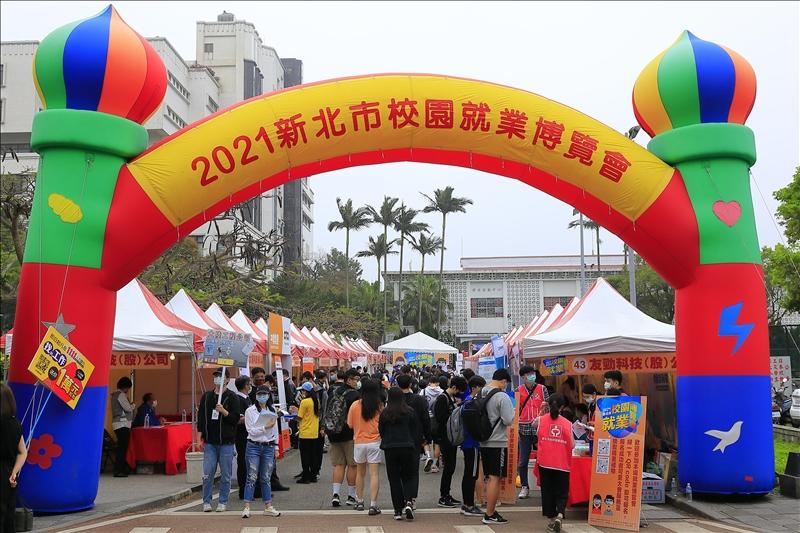 2021校園就業博覽會於本校開幕,海報街人潮滿滿。(攝影/淡江時報社游晞彤)