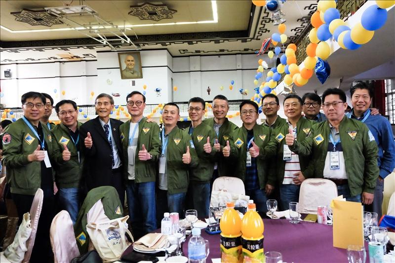第17屆畢業校友們身穿該屆復刻版系服外套,與航太系榮譽教授馮朝剛(前排左3)合影。(攝影/淡江時報社連慧榕)
