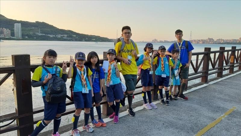 機械4毛冠傑(右一)去年擔任羅浮群群長,帶領淡水附近社區童軍活動,認真負責,獲優秀童軍獎章。(圖/童軍團提供)