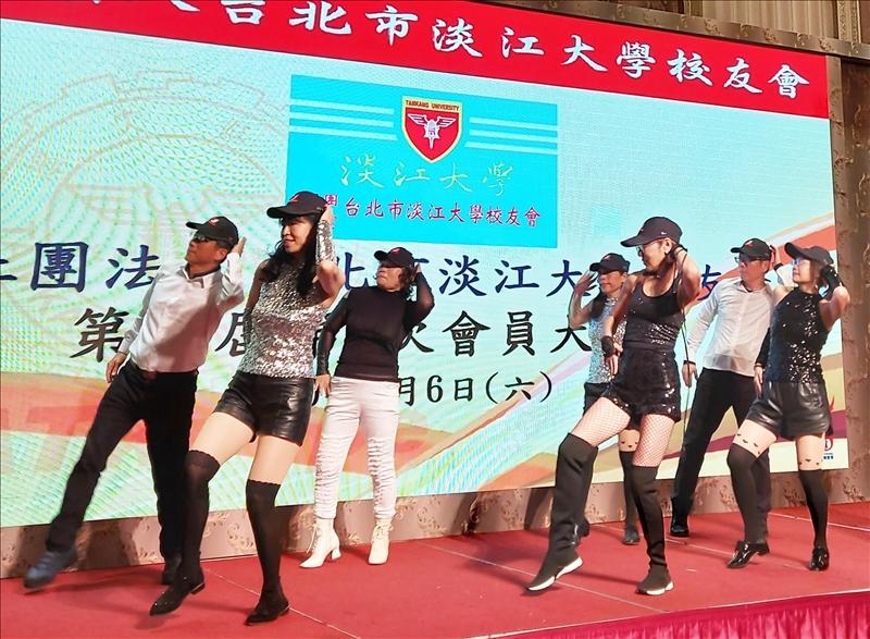台北市校友會快樂舞動社的學長姐,帶來精彩的舞蹈表演。(圖/台北市校友會提供)