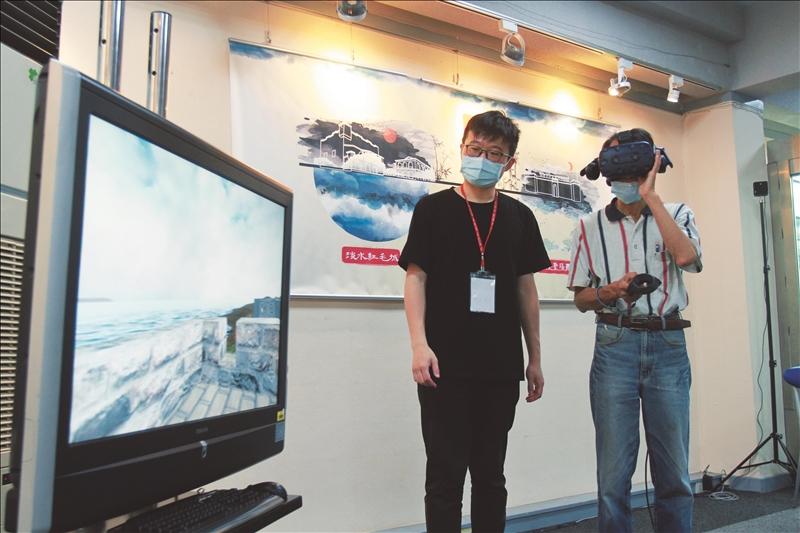 現場來賓體驗VR觀賞基隆的聖薩爾瓦多城和淡水的聖多明哥城(現為紅毛城)。(攝影/淡江時報社黃偉)