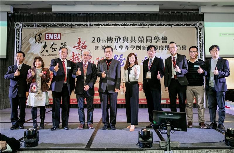 企管系系主任張雍昇(右三)主辦EMBA第20屆傳承與共榮同學會暨本校產學創新研發成果媒合會,邀請葛煥昭校長(右六)與各產學合作廠商出席與會。(圖/企管系提供)