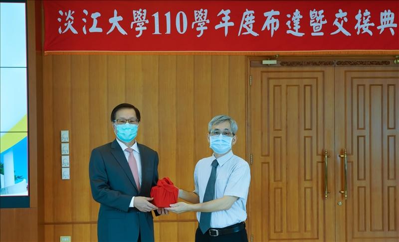 110學年度布達新設「工學院-人工智慧學系」,由葛煥昭校長頒發聘書,王銀添主任接受聘書。(秘書處/馮文星拍攝)