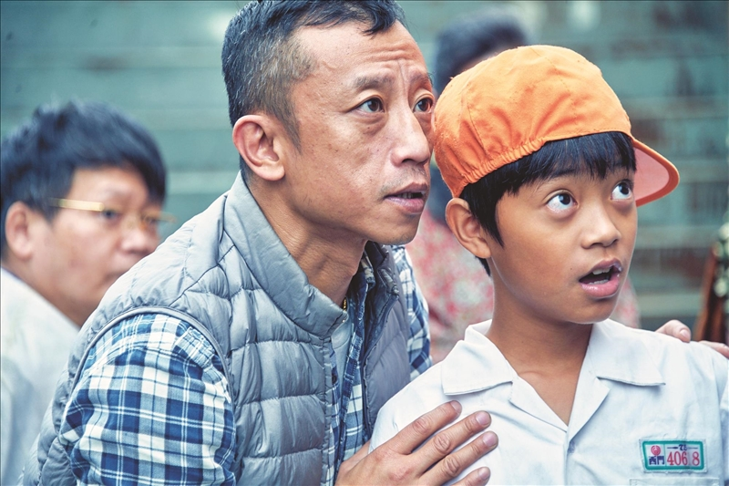 大傳系校友楊雅喆執導新影集「天橋上的魔術師」,耗資二億臺幣精心製作,圖為楊雅喆(左)指導演員排戲情形。(圖/公共電視提供)