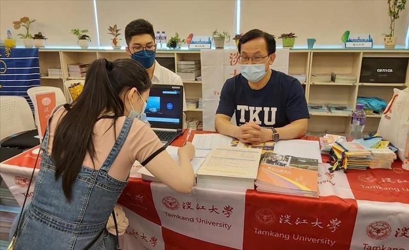 香港校友會校友們於「臺灣各大學香港校友會總會獨立招生說明會」會場回答學生問題。(圖/香港校友會提供)
