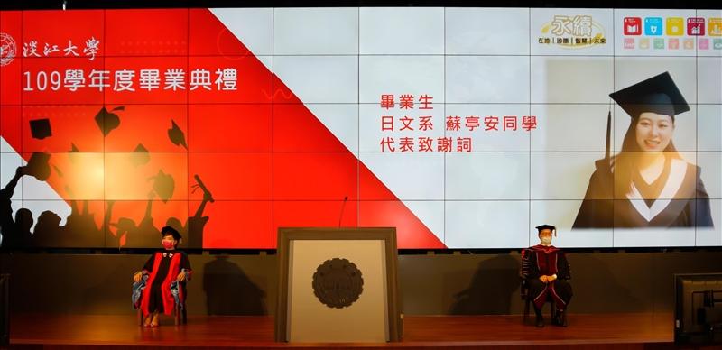 日文系蘇亭安代表畢業生致詞,鼓勵畢業同學「挑戰自己,絕不輕言放棄」。(圖/秘書處馮文星提供)