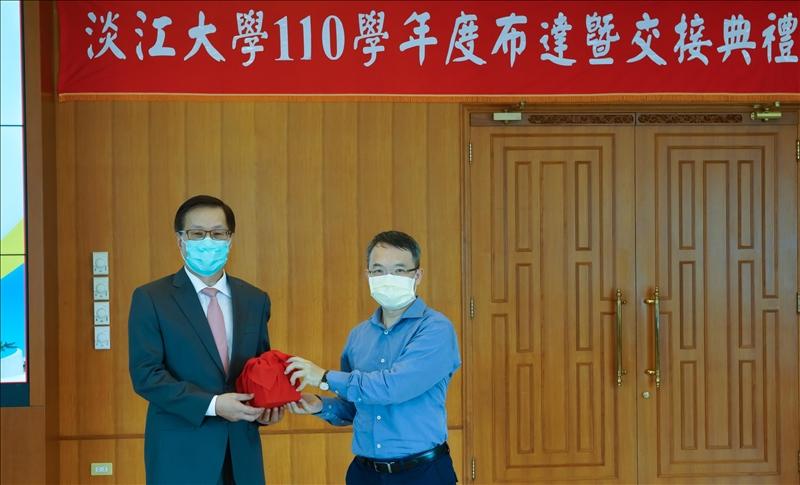 110學年度布達新設「教育學院-教育與未來設計學系」,由葛煥昭校長頒發聘書,鄧建邦主任接受聘書。(秘書處馮文星拍攝)