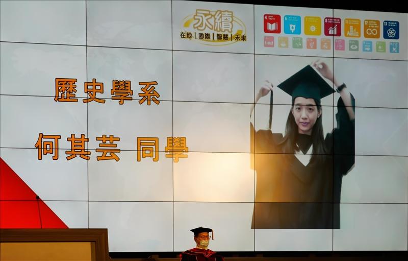 畢業典禮採雲端舉行,學士生於線上同時進行撥穗儀式。(圖/秘書處馮文星提供)