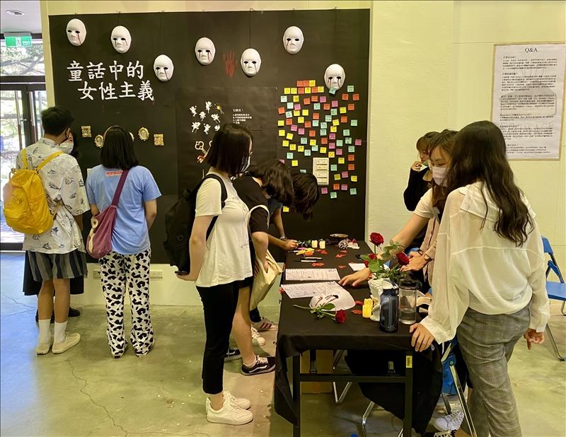 法文系於5月11、12日在黑天鵝展示廳舉辦「109學年度頂石課程畢業專題展」,本次共有13組參展。(攝影/淡江時報社盧智瀅)